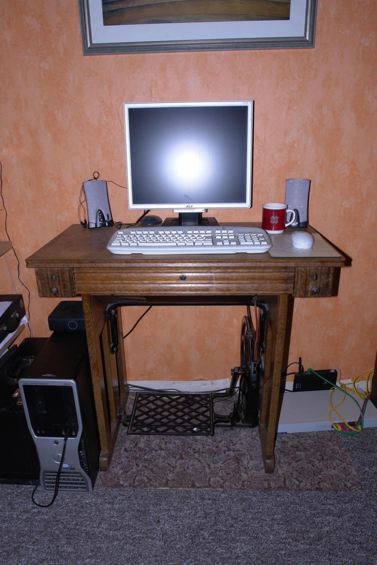 Nähmaschinenschreibtisch mit Computer